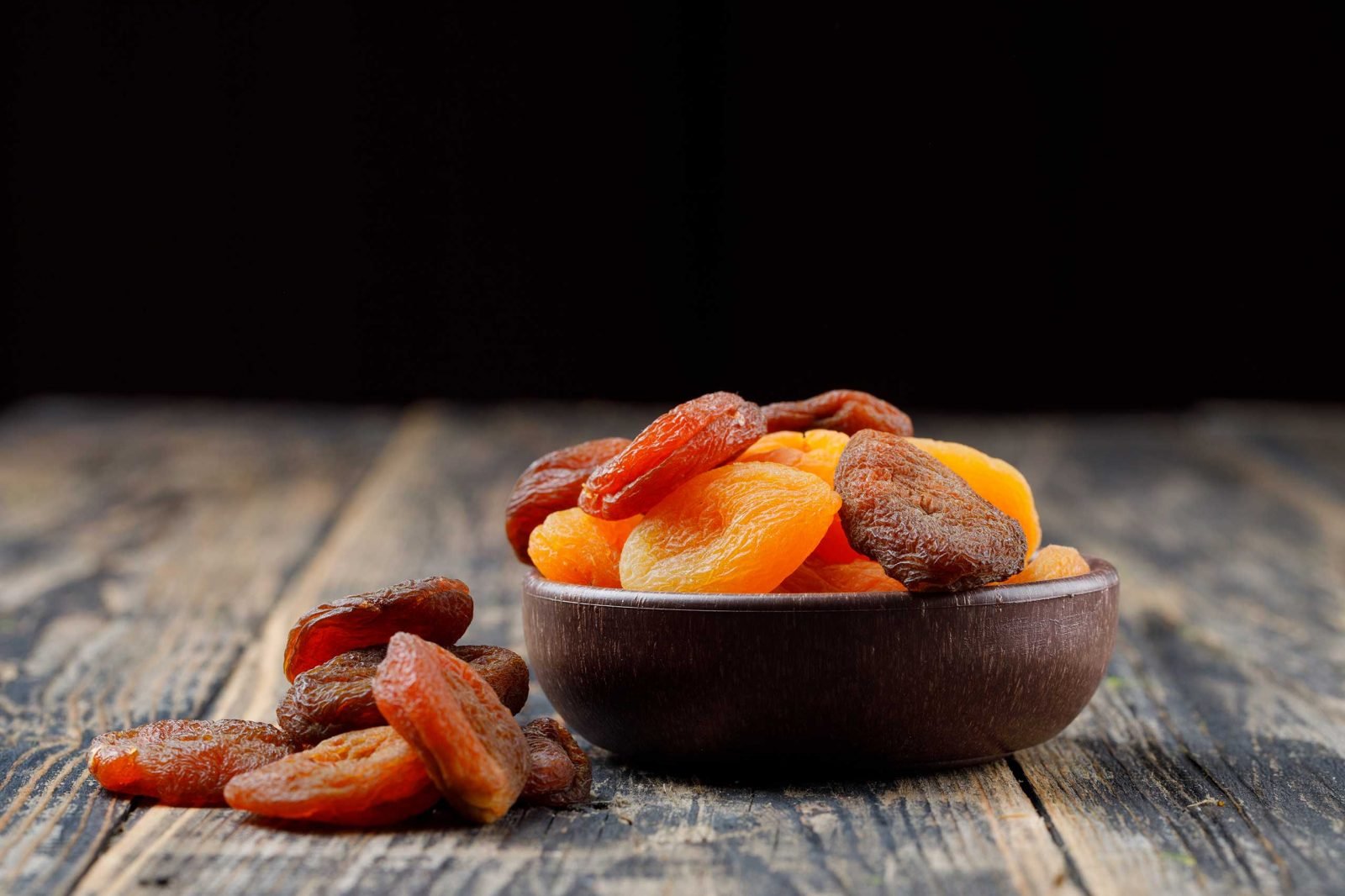 dried-apricots-wooden-table1